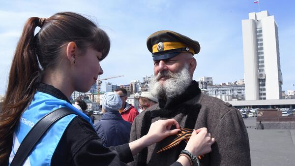Волонтер раздает георгиевские ленточки во Владивостоке в рамках ежегодной акции Георгиевская ленточка, посвященной 74-й годовщине Победы в Великой Отечественной войне