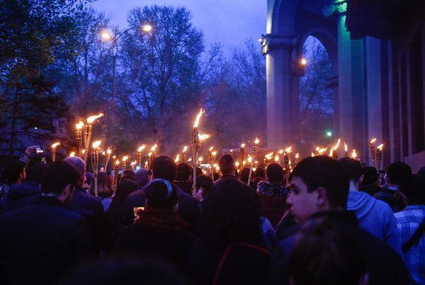 Участники факельного шествия в Ереване направляются к Мемориальному комплексу памяти жертв геноцида армян Цицернакаберд