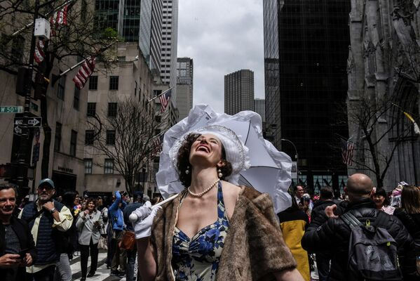 Девушка принимает участие в пасхальном параде в Нью-Йорке