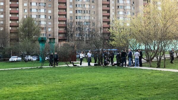 Сотрудники оперативных служб на месте обнаружения тел двух мужчин у станции метро Новые Черемушки