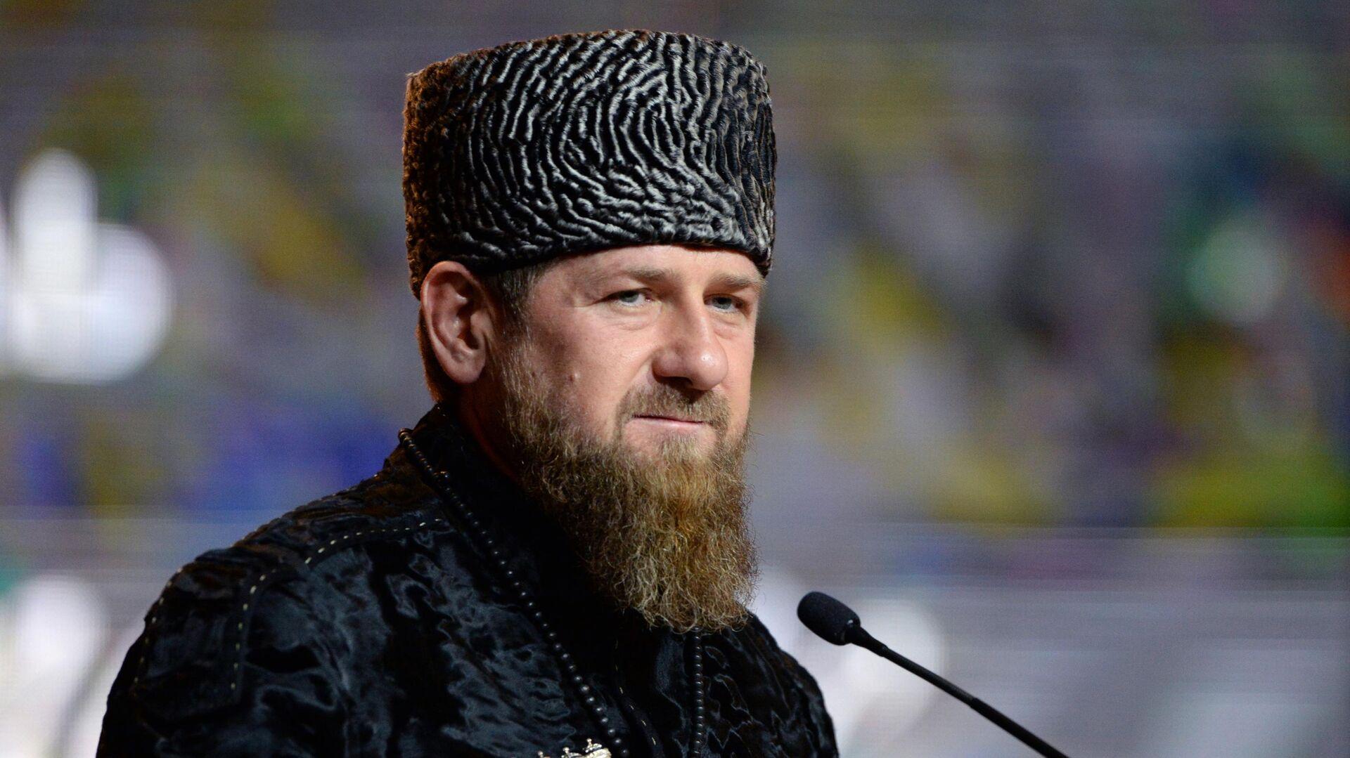 Глава Чеченской Республики Рамзан Кадыров выступает в Государственном театрально-концертном зале Грозного на праздновании Дня чеченского языка в Грозном - РИА Новости, 1920, 26.07.2020