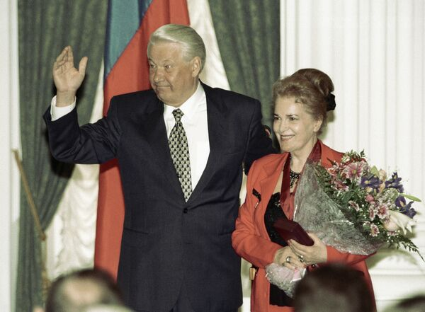 Президент РФ Борис Ельцин и актриса Элина Быстрицкая на церемонии вручения государственных наград в Кремле