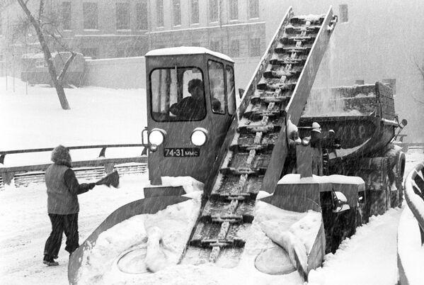Уборка московских улиц после снегопада