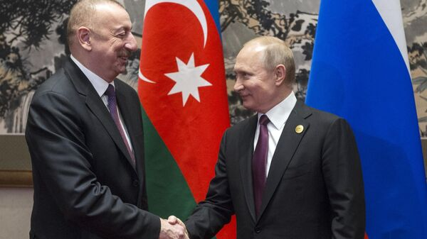 Президент РФ Владимир Путин и президент Азербайджана Ильхам Алиев во время встречи на полях второго форума международного сотрудничества Один пояс - один путь в Пекине