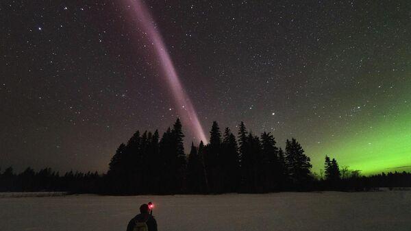 Фиолетовый мост в небе над Арктикой