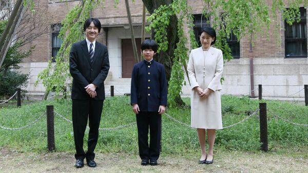 Принц Хисахито вместе со своими родителями возле средней школы при университете Отяномидзу