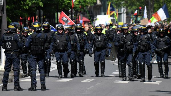 Сотрудники полиции во время акции протеста желтых жилетов