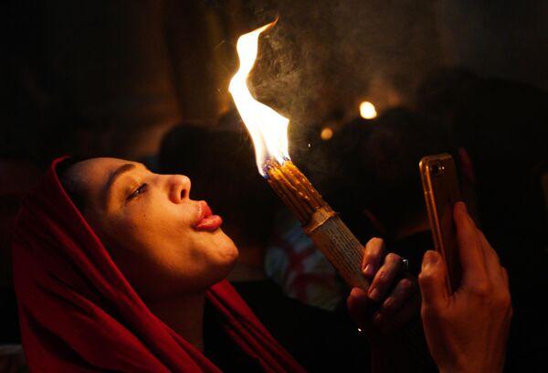 Верующие у храма Гроба Господня, где празднуется схождение Благодатного огня