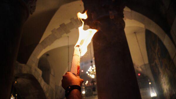 Верующие у храма Гроба Господня, где празднуется схождение Благодатного огня. 27 апреля 2019