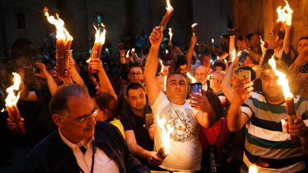Верующие празднуют схождение Благодатного огня в храме Гроба Господня. 27 апреля 2019