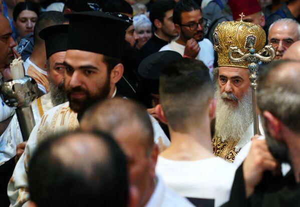 Патриарх Иерусалимский Феофил III во время схождение Благодатного огня в храме Гроба Господня. 27 апреля 2019