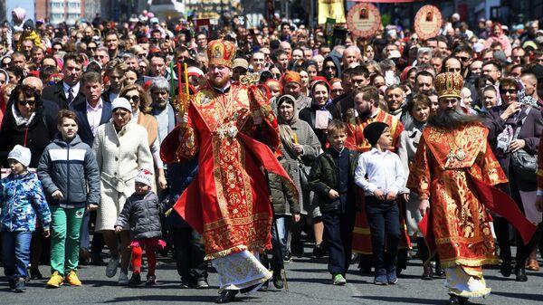 Участники пасхального крестного хода во Владивостоке