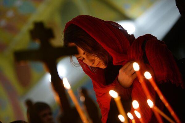 Девушка во время пасхального богослужения в Свято-Троицком кафедральном соборе в Екатеринбурге