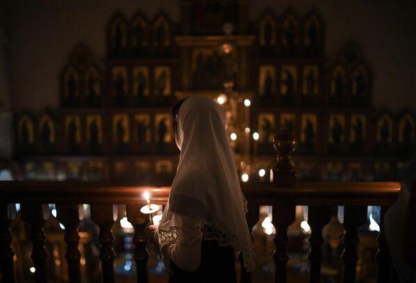 Девочка во время пасхальной службы в соборе Рождества Пресвятой Богородицы Русской Православной Старообрядческой церкви в Новосибирске