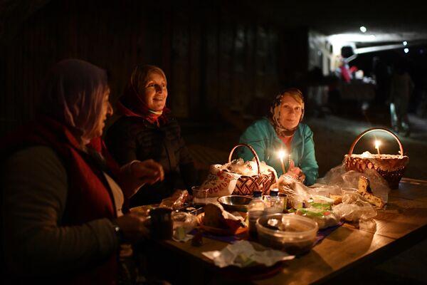 Верующие после пасхальной службы в скальном мужском монастыре святого мученика Феодора Стратилата на горе Челтер-Коба в Бахчисарайском районе Крыма