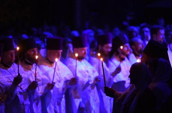 Священнослужители на праздничном пасхальном богослужении в храме Христа Спасителя в Москве