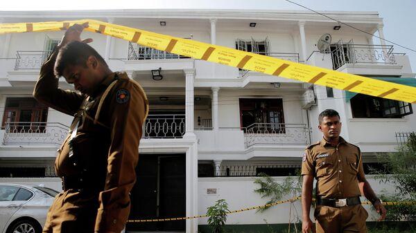 Сотрудники полиции Шри-Ланки возле дома одного из подозреваемых в связи с терактами в Коломбо