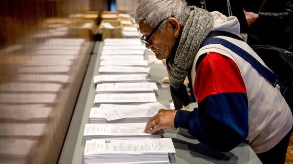 Житель Барселоны на одном из избирательных участков во время досрочных парламентских выборов. 28 апреля 2019