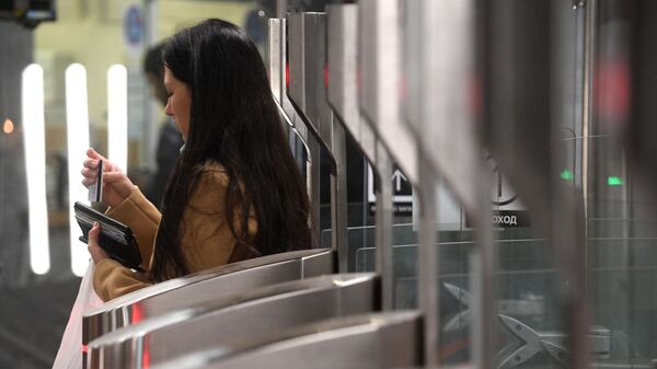 Пассажир московского метро проходит через турникеты