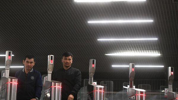 Пассажиры московского метро проходят через турникеты