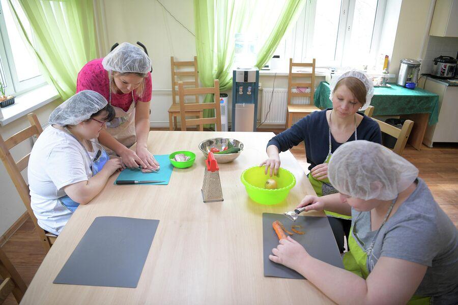 Таня (справа) и Полина с помощью педагогов учатся готовить