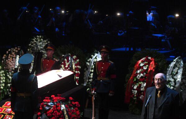 Актер Борис Клюев на церемонии прощания с актрисой Элиной Быстрицкой в Малом театре в Москве
