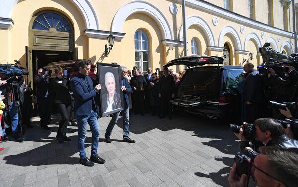 Сотрудники ритуальной службы несут гроб с телом актрисы Элины Быстрицкой перед погрузкой в катафалк у здания Малого театра в Москве