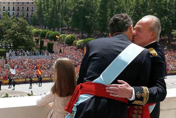 Король Испании Фелипе VI и бывший король Испании Хуан Карлос