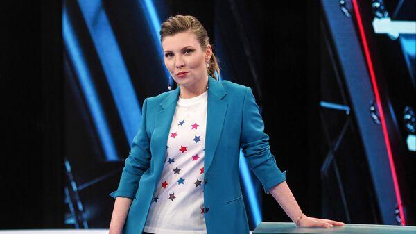 Телеведущая Ольга Скабеева в студии 60 минут