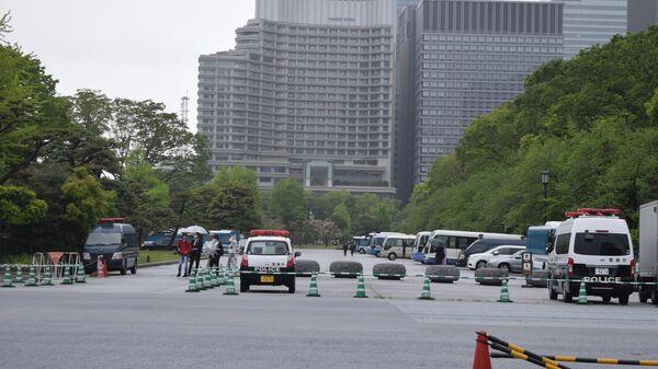Машины полиции у императорского дворца в Японии. Архивное фото