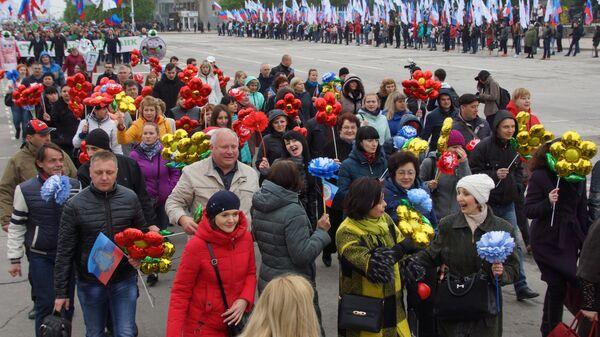 Участники первомайской демонстрации в День международной солидарности трудящихся в Луганске