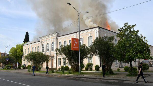 Дым над зданием русской средней школы №2 имени А.С. Пушкина в Сухуме, где произошло возгорание. 2 мая 2019