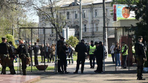 Сотрудники полиции у входа на территорию Куликова поля во время траурных мероприятий, посвященных годовщине трагических событий 2 мая 2014 года
