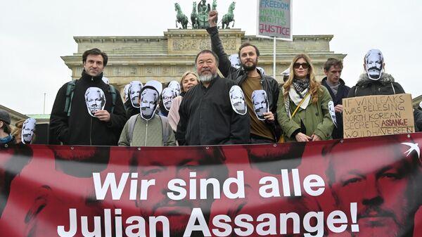 Китайский художник Ай Вэйвэй принимет участие в митинге в поддержку Джулиана Ассанжа в центре Берлина, Германия. 2 мая 2019