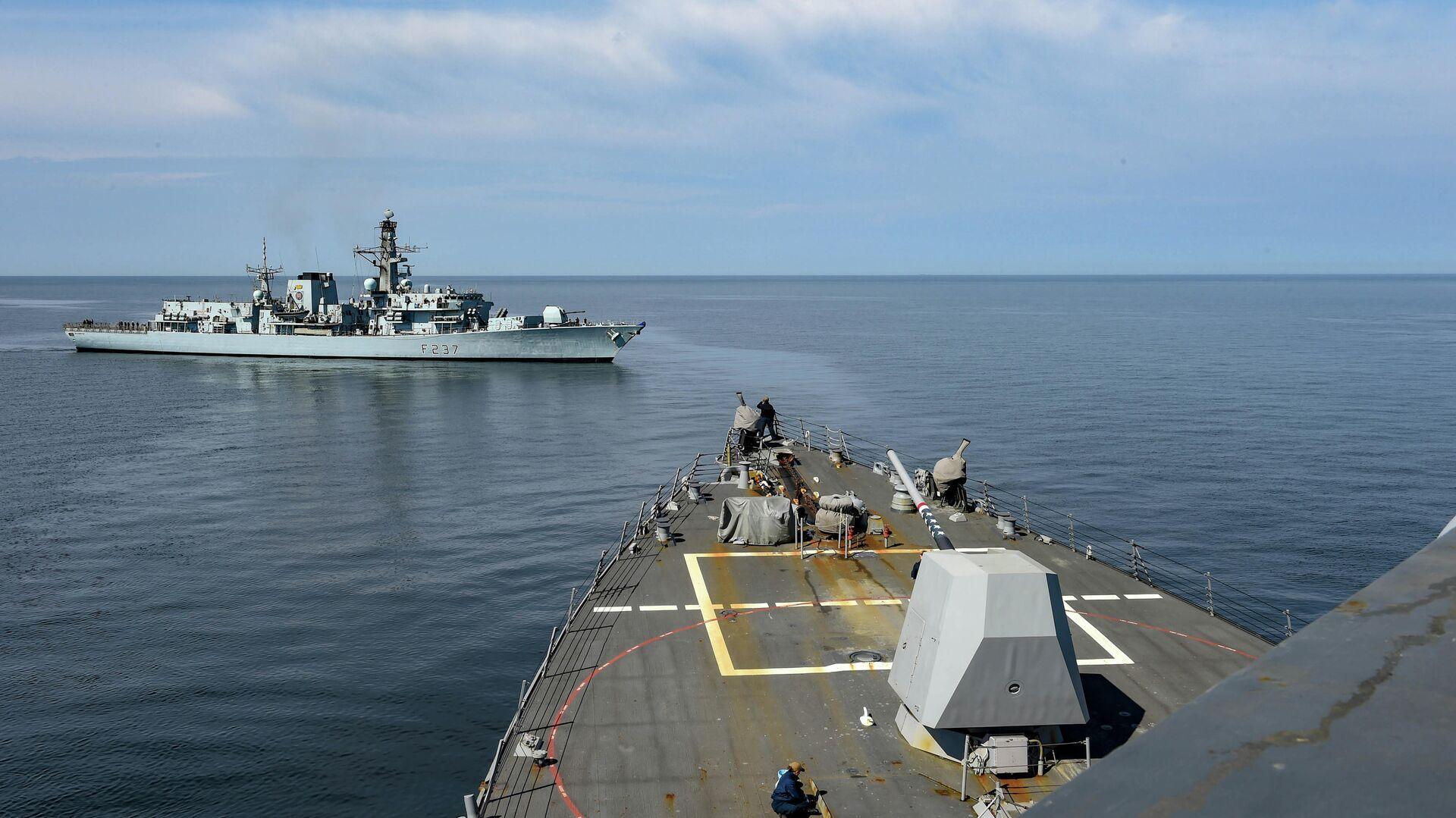 Корабли из состава первой постоянной морской группы, эсминец США USS Gravely и британский фрегат HMS Westminster проводят учения по буксировке в Балтийском море. 1 мая 2019 - РИА Новости, 1920, 14.09.2020