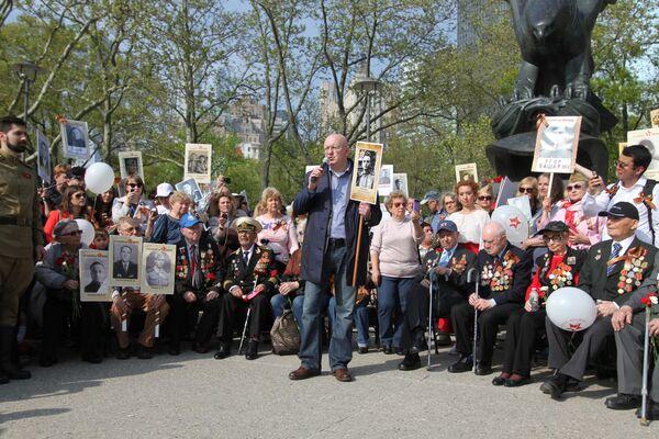 Постоянный представитель РФ при Организации Объединённых Наций Василий Небензя во время шествия участников акции Бессмертный полк по улицам Нью-Йорка
