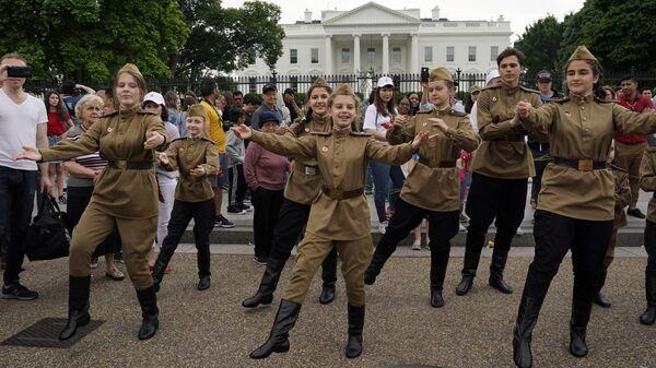 Юные участники акции Бессмертный полк перед началом шествия по улицам Вашингтона