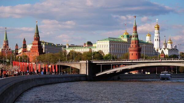 Большой Каменный мост через Москву-реку и Московский Кремль.