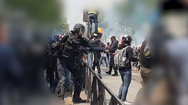 Kадры избиения журналистки МИА Россия Сегодня парижской полицией