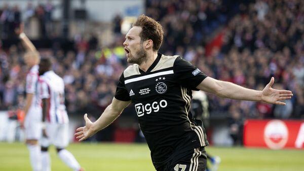 Защитник Аякса Дэйли Блинд радуется забитому мячу в в финале Кубка Голландии