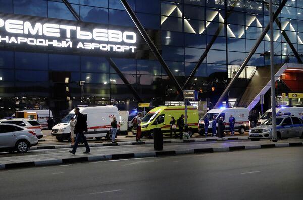Кареты скорой помощи у здания аэропорта Шереметьево, где самолет авиакомпании Аэрофлот Sukhoi Superjet 100 был вынужден вернуться в аэропорт из-за возгорания на борту