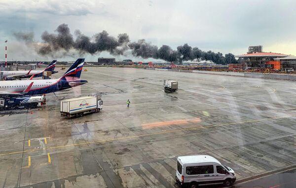Самолет авиакомпании Аэрофлот Sukhoi Superjet 100, вернувшийся во время рейса Москва - Мурманск в аэропорт Шереметьево из-за возгорания на борту