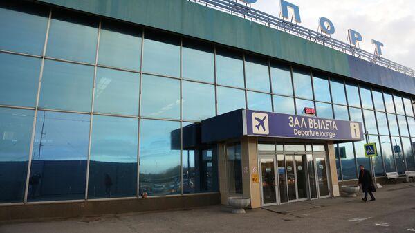 Вход в здание международного аэропорта Мурманск
