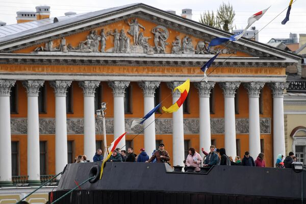 Посетители на ледоколе Мудьюг во время VI фестиваля ледоколов в Санкт-Петербурге