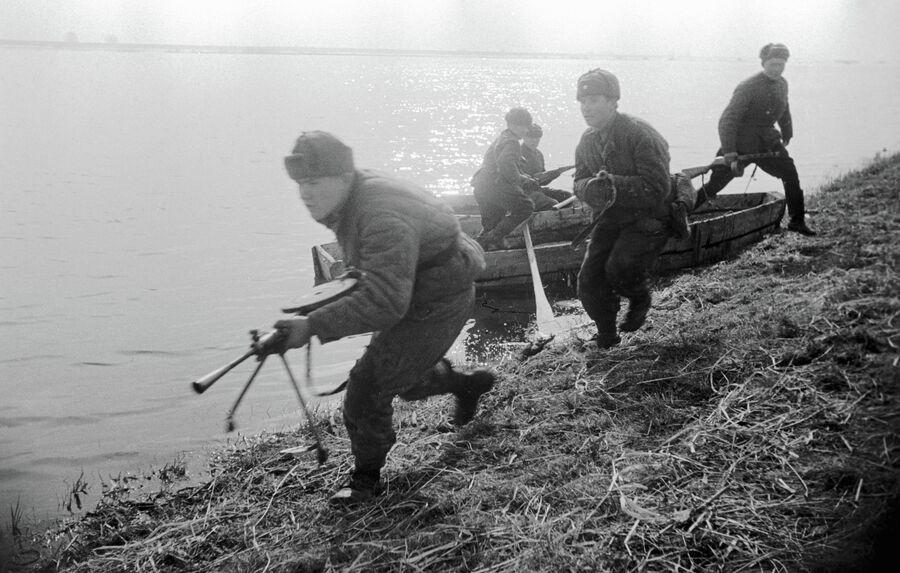 Советские солдаты высаживаются на западный берег реки Одер. 1-й Белорусский фронт