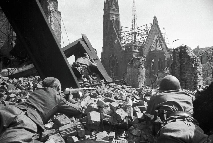 Советские солдаты ведут уличный бой