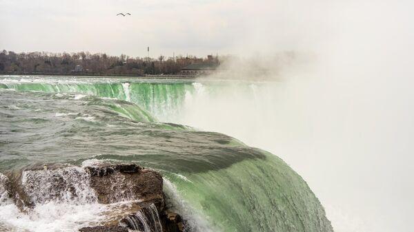 Вид на Американский водопад со смотровой площадки Государственного парка Ниагарского водопада в штате Нью Йорк, США