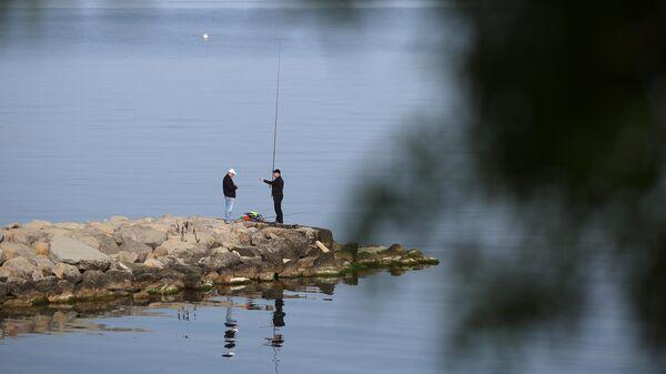 Рыбаки на берегу Геленджикской бухты
