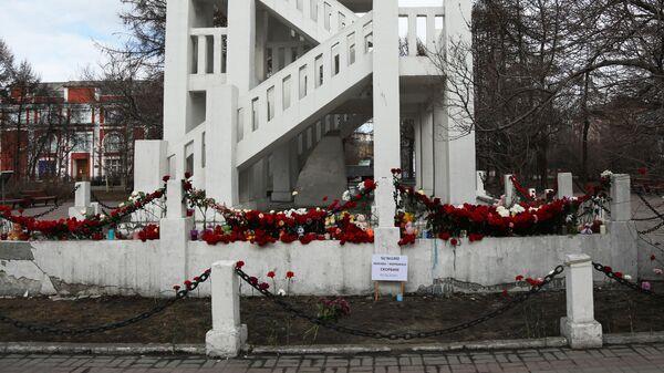 Цветы в память о погибших на борту самолета Sukhoi Superjet 100 в Мурманске