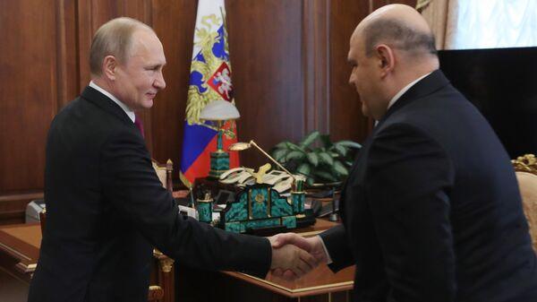 Президент РФ Владимир Путин и руководитель Федеральной налоговой службы Михаил Мишустин во время встречи. 6 мая 2019